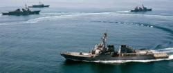 Naves de guerra maniobrando en el Mar Meridional de China, un enclave geopolítico clave.
