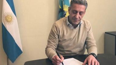 El gobernador le pone la firma al decreto que promulgó la renegociación de la deuda de la provincia.
