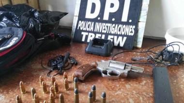 Los ptoyectiles y el arma junto al equipo para escuchar alta frecuencia radial.