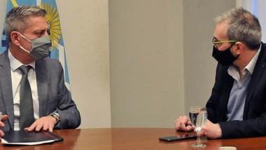 El gobernador firma el decreto para habilitar la nueva UTI .