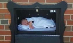 """El primer """"buzón para bebés"""" de Bélgica se instaló en Amberes (norte) hace 20 años."""