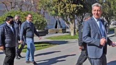 A la izquierda de la foto, José González, uno de los líderes mercantiles que se reunió con el gobernador.