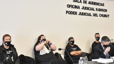Barbijo. Goodman (izquierda) junto con los otros tres imputados por los incendios de 2019 en la capital.