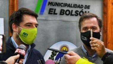 El ministro de Gobierno, Rodrigo Buteler y el intendente de El Bolsón, Bruno Pogliano, ante la prensa.
