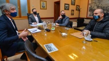 Encuentro. El empresario en plena charla con los referentes municipales en el despacho del intendente.