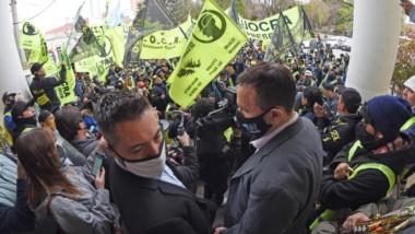 Maderna salió a las puertas del municipio y luego mantuvo un breve encuentro con algunos de los representantes de los trabajadores.