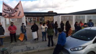 Ayer, trabajadores de salud del hospital de El Maitén reclamaron por los sueldos atrasados.