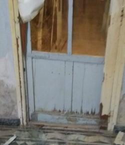 Los delincuentes violentaron la puerta de ingreso a la vivienda.
