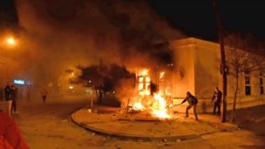 Fuego y agitación. Un grupo incendió el histórico acceso a la Casa de Gobierno y generó destrozos en el interior del edificio en Rawson.