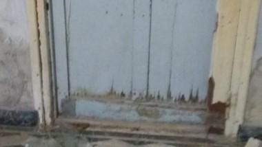 Puerta destrozada. Los dos delincuentes se llevaron 27 mil pesos.