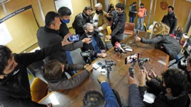 Rodeado. Luego de una movida mañana en el Ministerio de Salud en Rawson, Puratich brindó una conferencia de prensa para aclarar el panorama.