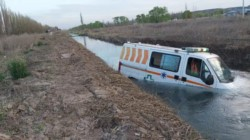 Una ambulancia del Ministerio de Salud de Río Negro cayó a un canal de riego.