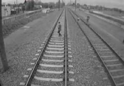 La madre del niño lo retira rápidamente luego de que el tren logrará frenar y evitar la tragedia.
