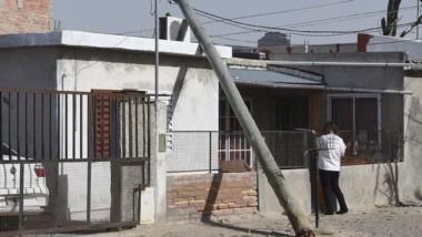 Poste caído. Pese al incidente, el techo se salvó gracias a los cables.