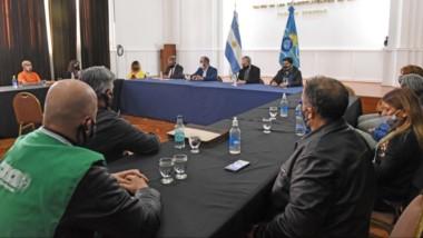A esperar más. El ministro de Economía junto a otros funcionarios del gabinete reunidos con los gremios de Salud. Falta la decisión de Nación.