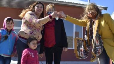 El gobierno chubutense realizó la entrega de viviendas para cuatro familias de la localidad de Las Plumas.
