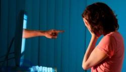 Expertos le recomiendan a una víctima de difamación que guarde la evidencia que apoye su caso.