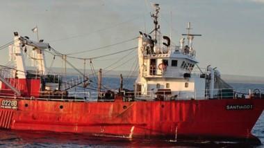 El buque pesquero permanecerá en la rada y recibirá asistencia médica.