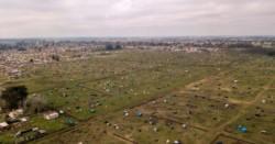 Vista aérea de la zona de Guernica donde se ocuparon los terrenos, que la Justicia indicó desalojar.
