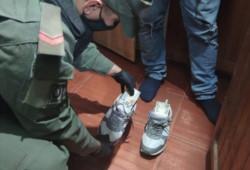 Uno de los ciudadanos lucía más alto de lo que parecía y los gendarmes se dieron cuenta que ocultaba los billetes dentro de su calzado.
