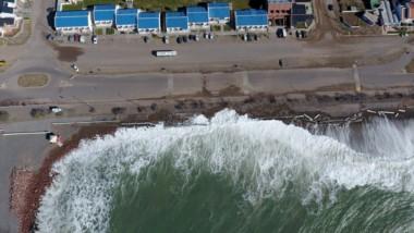 Panorámica. La postal de cómo el mar avanza sobre la rambla de Playa Unión, como sólo un drone puede captarla en su plenitud.