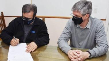 Ongarato firma el acuerdo con el jefe del 13° Distrito de Vialidad.