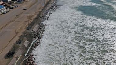 Una imagen desde el dron sobre cómo quedaron los muretes tras el avance del oleaje en Playa Unión.