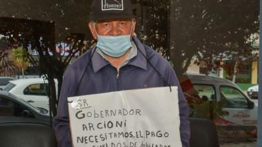 Cartel. Héctor llegó con su protesta hasta la redacción de Jornada.