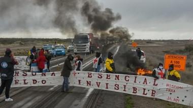 Los trabajadores estatales cortaron la Ruta 3 en Puerto Madryn.