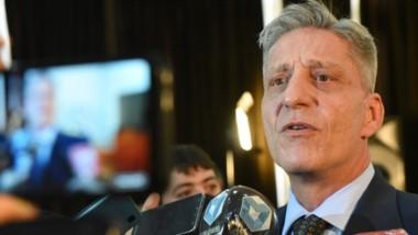 Tras las gestiones en Buenos Aires, el gobernador busca dar un gesto a través del achique en la política y encarar un plan de emergencia.
