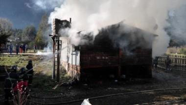 Producto de las llamas, la casa de madera quedó completamente destruida. Su propietario había salido.
