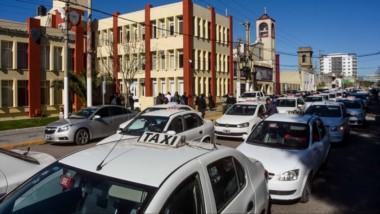 Los taxistas amontonaron sus vehículos en la calle a modo de protesta. Atraviesan un momento delicado.
