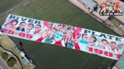 La subcomisión del hincha estrena bandera: mide 120 x 25, pesa 1200 kilos y se necesitan 50 personas para moverla.