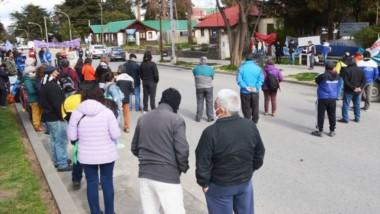 Los manifestantes se reunieron en el centro de Esquel para seguir la reunión realizada ayer en Rawson.