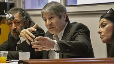 Habla el doctor Oscar Romero junto a sus defensores Abdón Manyauik y Laura Fernández en la audiencia.