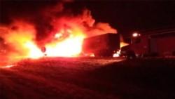 Trágico. Por la violencia del choque, el vehículo que venía atrás se incendió y el chofer quedó atrapado entre los hierros sin poder escapar.