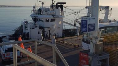 El barco pesquero arribó a la rada de Madryn el 31 de agosto y no pudo ingresar a puerto porque no tenían la totalidad de los PCR de la tripulación.