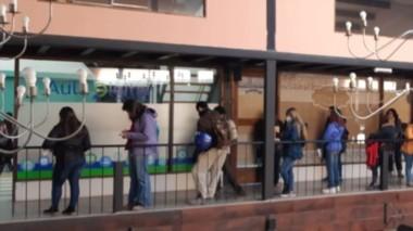 Mucha necesidad. Familias jóvenes hacen cola para anotarse para lograr un terreno en la Comarca, un tema muy complejo e irresuelto.