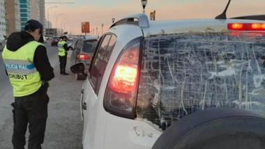 Vidrio roto. Una postal de uno de los controles de tránsito, en este caso con un vehículo muy dañado.