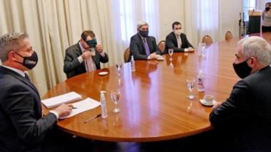 Cafecito. Mientras el ministro Panizzi toma de la taza como puede, el resto de los actores debaten el borrador para el nuevo endeudamiento.