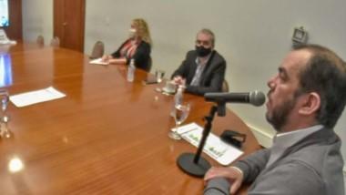 Encuentro. El intendente Maderna fue el único que pudo estar presente en Fontana 50, mientras sus pares del resto de la provincia debieron seguir la explicación por vía virtual.