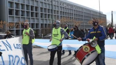 Protesta. Los afiliados de APEL durante una de sus manifestaciones cerca de la casa de las leyes en Rawson.