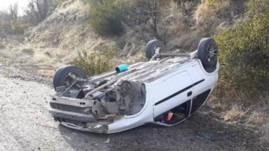 El Chevrolet Corsa se despistó y volcó durante la mañana de ayer.
