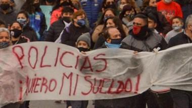 Bandera. En Trelew los manifestantes respetaron el uso de barbijos.