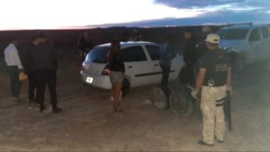 La Policía montó un operativo de identificación de los vehículos y personas que abandonaban el predio.