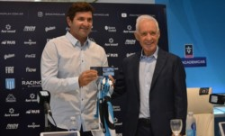 Capria es presentado en este momento como nuevo manager por Víctor Blanco.