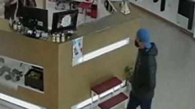 Los delincuentes se llevaron una computadora y teléfonos celulares.
