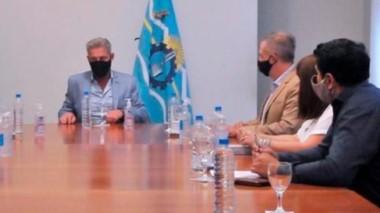 """Soluciones. Arcioni volvió con el desafío de discutir el desarrollo de la meseta y les pidió a sus ministros que """"vayan a la calle""""."""
