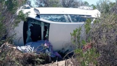 Así quedó el automóvil a cuyo costado permaneció la persona que perdió la vida de forma casi instantánea.