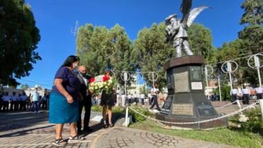 El intendente Gustavo Sastre  acompañó  a los familiares durante el difícil momento del recordatorio.